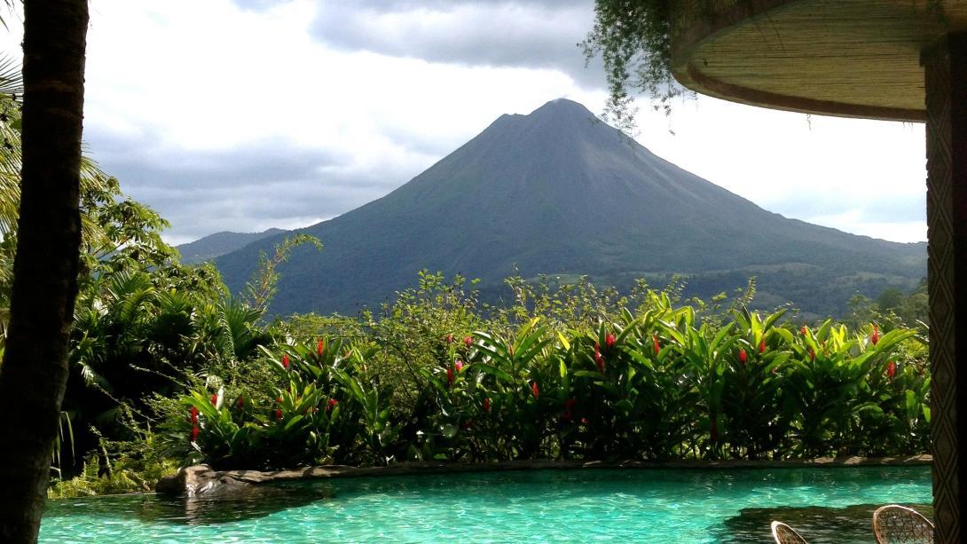 Nuestros voluntarios en Costa Rica exploran volcanes como el Arenal en su tiempo libre.